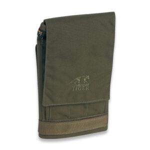 Tasca per mappe pieghevole per entrare in una tasca sulla gamba. Resistente all'acqua e al suolo; Da utilizzare con pennarelli (non permanenti); Tasche portamatite separate; Scomparto per carte adatto per formati fino a 39 x 37 cm;